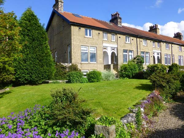 1 BRIDGE END, pet friendly, character holiday cottage, with a garden in - Image 1 - Grassington - rentals