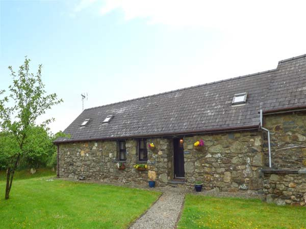 FOXGLOVE, stone barn conversion, ground floor, en-suite, walks from the door, near Newport, Ref 26360 - Image 1 - Pontfaen - rentals