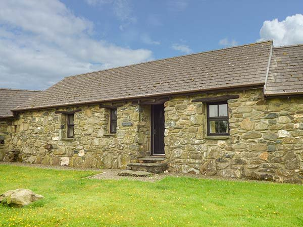 HONEYSUCKLE, stone barn conversion, ground floor, en-suites, walks from the door, near Newport, Ref 904045 - Image 1 - Pontfaen - rentals