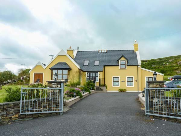 SEA HAVEN, stunning views, en-suites, stove and fire, close to coast, near Eyeries, Ref 906416 - Image 1 - Eyeries - rentals