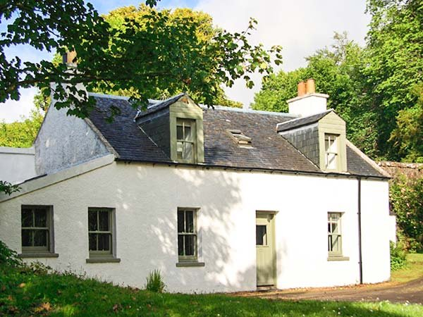 ROSE VALLEY COTTAGE, detached, in grounds of Dunvegan Castle, beside loch, Dunvegan, Ref 915416 - Image 1 - Dunvegan - rentals