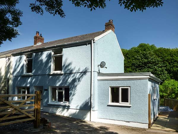 TY FRI COTTAGE elevated semi-detached cottage, woodburner, WiFi, pet-friendly, in Burry Port Ref 927078 - Image 1 - Burry Port - rentals