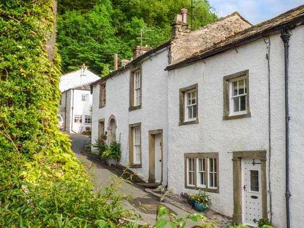 IVY COTTAGE, Grade ll listed, wood-fired hot tub, pet-friendly, WiFi, in Settle Ref 930910 - Image 1 - Settle - rentals