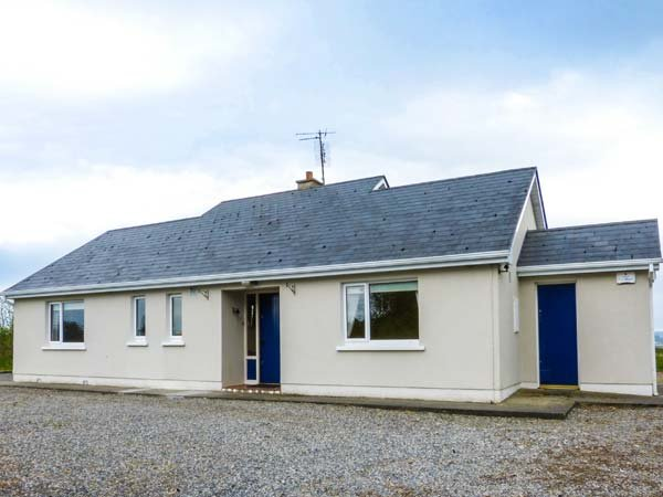 THE LAKE HOUSE detached, on shores of Lough Conn, wet room, open fire, Ballina Ref 934029 - Image 1 - Ballina - rentals
