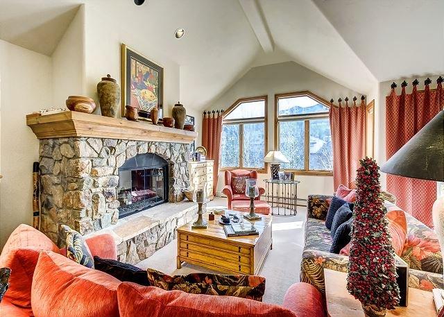 Top Level Living Room - Cozy 4BR + Den Non-smoking Ski In/Ski Out Aspen Town Home in Beaver Creek - Avon - rentals