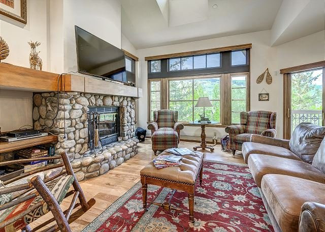 Great Room - Ski to 3BR + Den and 4 Bath Premium Meadows Townhome with Spectacular Views - Edwards - rentals
