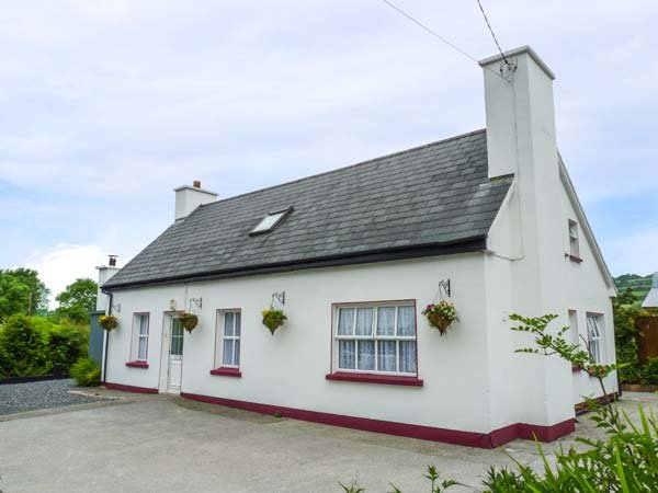 JULIE'S COTTAGE detached, WiFi, dog-friendly, good touring location in Castleisland Ref 925755 - Image 1 - Ballybunion, County Kerry - rentals