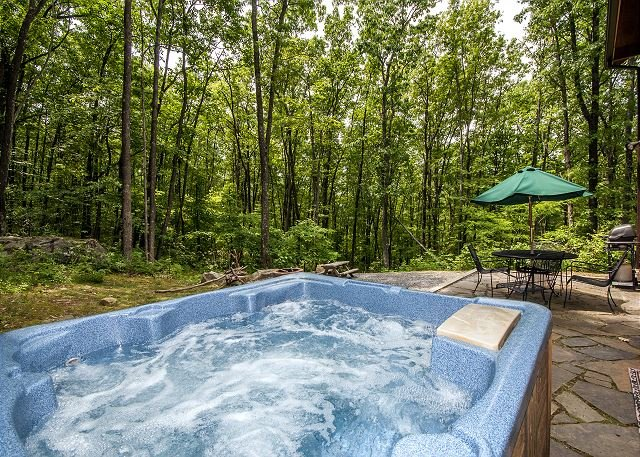 Outdoor Hot Tub - Mountain home in wooded setting with fire pit & convenient location! - McHenry - rentals