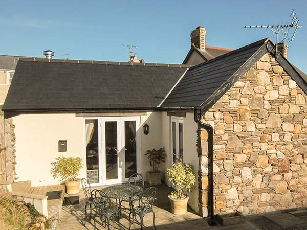 TY GRAIG, romantic retreat, fantastic walks and cycle routes, short walk to pub, Templeton, Ref 936676 - Image 1 - Templeton - rentals