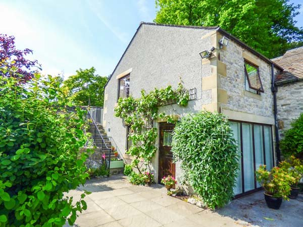 THE NOOK, stone-built cottage, open plan living area, WiFi, private garden, nr Bakewell, Ref 929429 - Image 1 - Bakewell - rentals