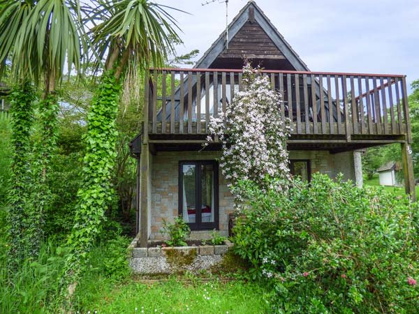 39 VALLEY LODGE, upside down lodge, WiFi, private patio and balcony, leisure - Image 1 - Calstock - rentals