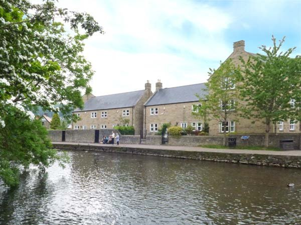 MAYFLY COTTAGE, off road parking, riverside walks, close to amenities, Bakewell, Ref 935487 - Image 1 - Bakewell - rentals