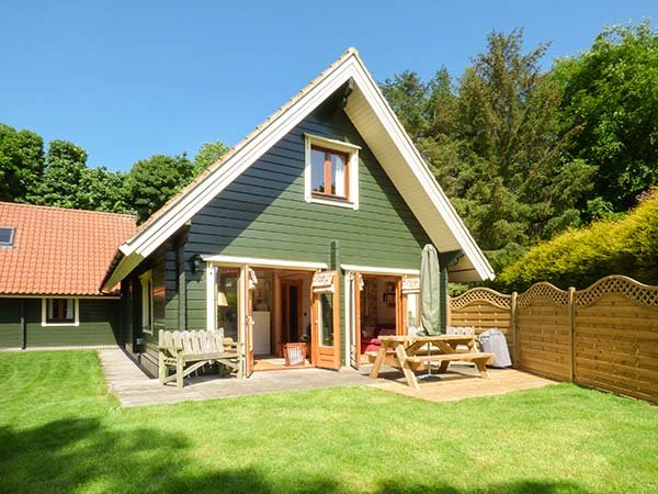LIME TREE LODGE, quality lodge, en-suites, superb grounds, WiFi, close Alnwick, in Swarland Ref 22336 - Image 1 - Swarland - rentals
