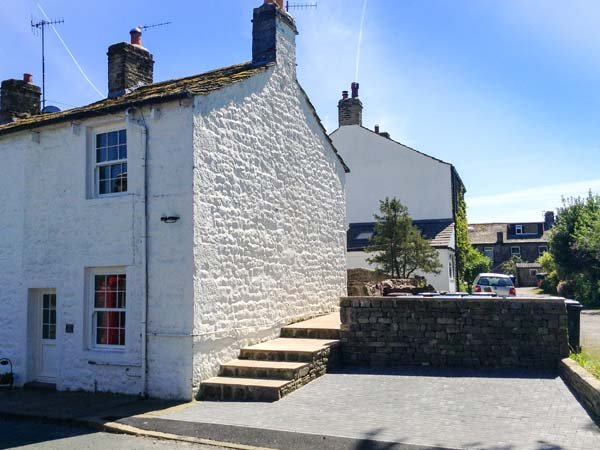 KATIE'S COTTAGE, romantic retreat with woodburner, WiFi, patio, close pub in Embsay Ref 906506 - Image 1 - Embsay - rentals