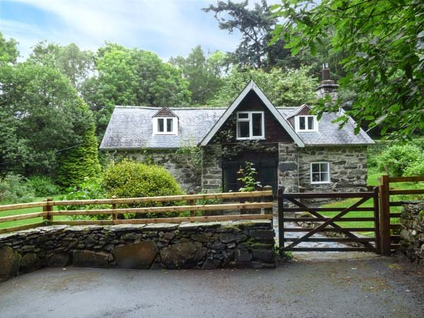 TYN TWLL, pet-friendly cottage, enclosed garden, flexible sleeping, Penmaenpool, Dolgellau Ref 932940 - Image 1 - Dolgellau - rentals