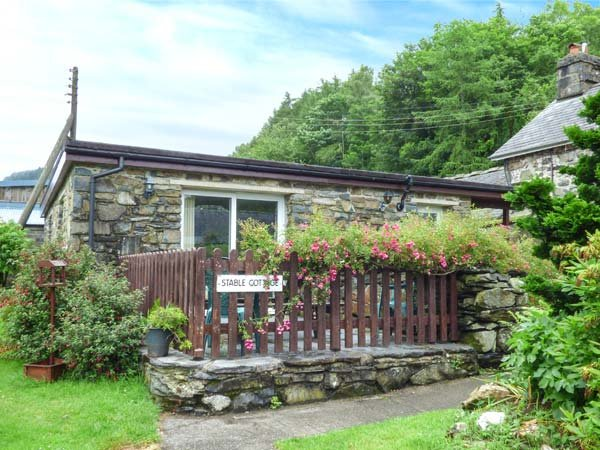 STABLE COTTAGE, single-storey cottage, pets welcome, enclosed patio, Penmaenpool, Dolgellau Ref 932941 - Image 1 - Dolgellau - rentals