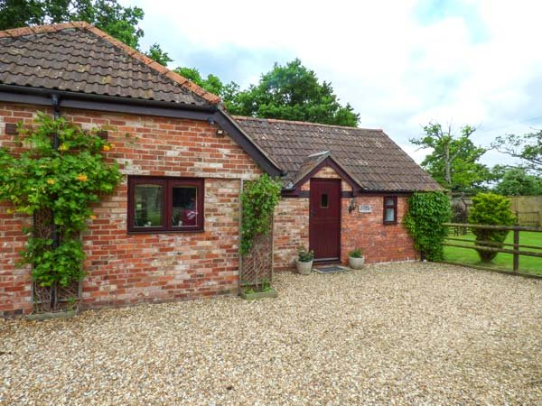 2 STABLE COTTAGES, all ground floor, private decked patio, rural location, Trowbridge, Ref 939355 - Image 1 - Trowbridge - rentals