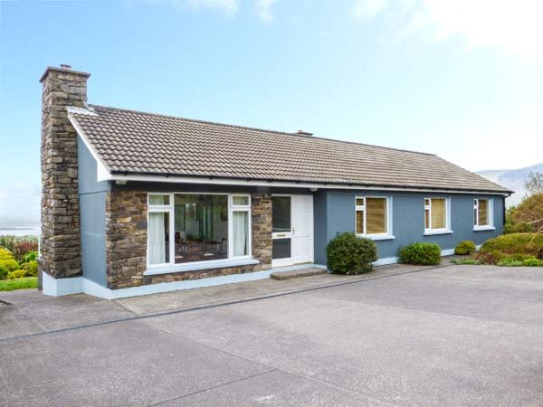GURRANEBAWN, all ground floor, solid fuel stove, enclosed garden, in Cahersiveen, Ref 936640 - Image 1 - Cahersiveen - rentals