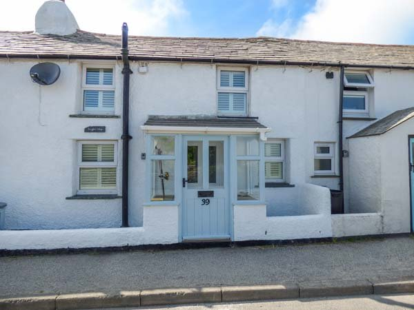 SNUGGLERS' COTTAGE, two woodburners, close to amenities, decked area, Delabole, Ref 938749 - Image 1 - Delabole - rentals