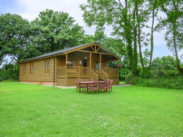 TARKA'S HOLT LOG CABIN, all ground floor, shared use of pool, WiFi, in Great Torrington, Ref 939298 - Image 1 - Great Torrington - rentals