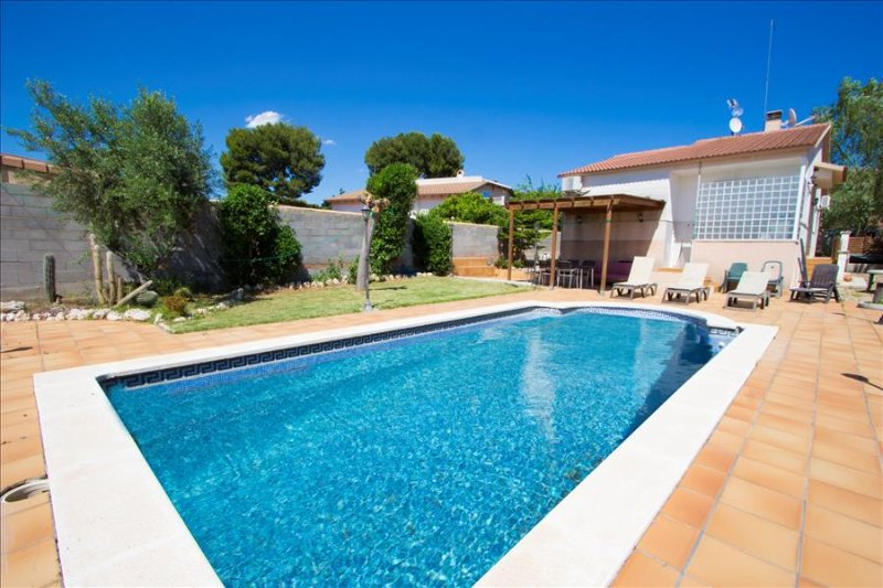 Enlightening Oasis villa for 8 guests, just 3km from the beaches of Costa Dorada - Image 1 - El Vendrell - rentals