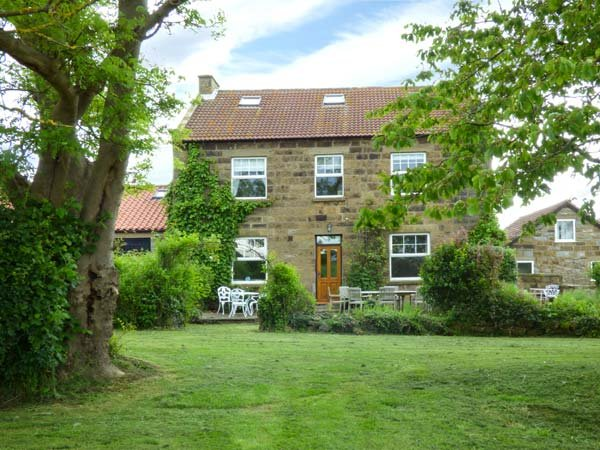 THE FARMHOUSE, detached, en-suite, large garden, in Boggle Hole, Robin Hood's Bay, Ref 936193 - Image 1 - Robin Hood's Bay - rentals