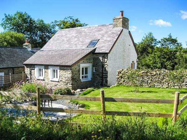 HEN FFERMDY, romantic retreat, detached, en-suite king-size bedroom, Aberaeron, Ref 939857 - Image 1 - Aberaeron - rentals