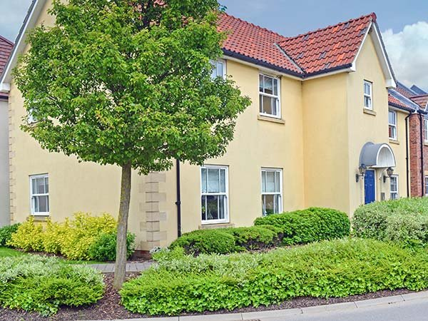 YORKSHIRE COAST RETREAT, ground floor apartment, one bedroom, pet-friendly, WiFi, use of leisure facilities, Filey, Ref 939548 - Image 1 - Filey - rentals