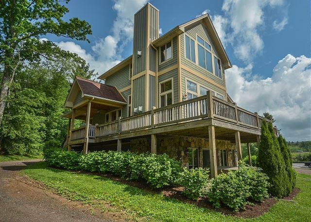 Exterior - Live in luxury in this spectacular 4 bedroom chalet with stunning lake views! - McHenry - rentals