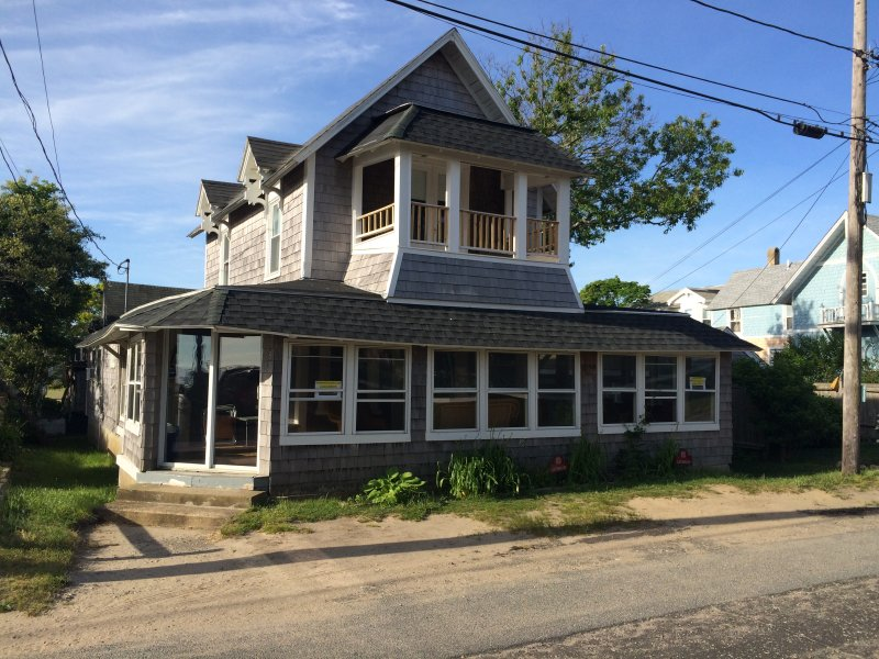 Antique Cottage. 2nd Floor balcony opened back up. Many updates for 2016! - The Flying Seahorse, Steps to Beach, Walk to Town, Updated, AC, Linens included - Oak Bluffs - rentals