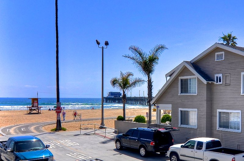 Steps to Newport Beach and pier.  Our unit is ground level for easy access. - Modern Condo 1 house to beach & Pier on Balboa Peninsula w/AC & Parking - Newport Beach - rentals