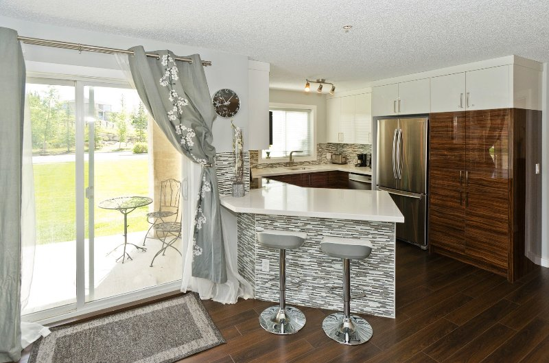 Beautiful eat in kitchen with high end appliances, soft close, high-gloss cabinets - 2 Bdrm 2 Bath Beautiful Executive NW Calgary Condo - Calgary - rentals