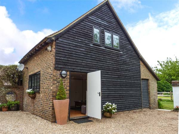 PUMP HOUSE, hot tub, pet-friendly, enclosed lawned garden, Hailsham, Ref 932577 - Image 1 - Hailsham - rentals