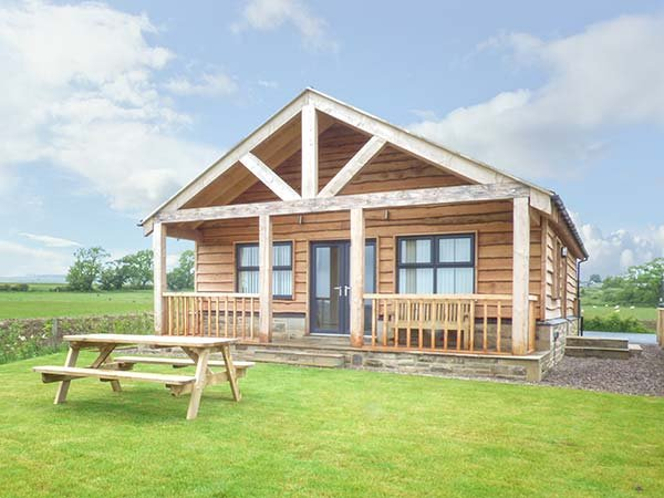 COQUET detached spacious chalet, private veranda with views, good touring, in - Image 1 - Longframlington - rentals