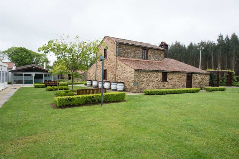 Stunning stone house with heated swimming pool in idyllic environment - Image 1 - Boimorto - rentals