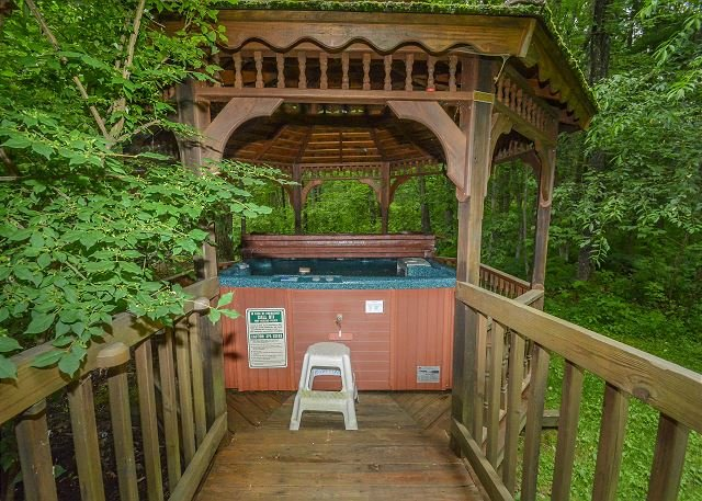 Hot Tub - 5 Bedroom Immaculate Chalet with Dock Slip and Community Indoor Pool - Oakland - rentals