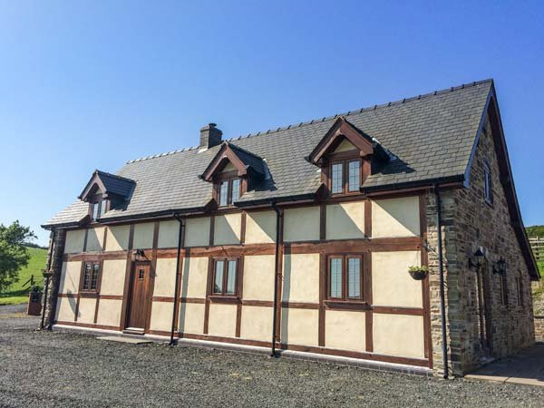THE OLD HOUSE, cottage with country views, woodburner, WiFi, Llanidloes Ref 924875 - Image 1 - Llanidloes - rentals