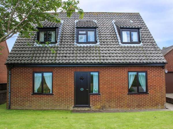 LAUREL, pet-friendly cottage, country views, garden, close Cromer, Southrepps Ref 924948 - Image 1 - Southrepps - rentals