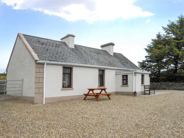 DAN'S COTTAGE, tradtional cottage, solid fuel stove, pet-friendly, close to Inagh and Lahinch, Ref 925062 - Image 1 - Lahinch - rentals