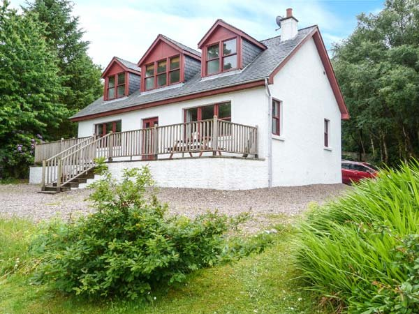CLEARWATER HOUSE, detached, open fire, garden, WiFi, coast and beach 3 mins, Glenuig, Ref 935391 - Image 1 - Glenuig - rentals