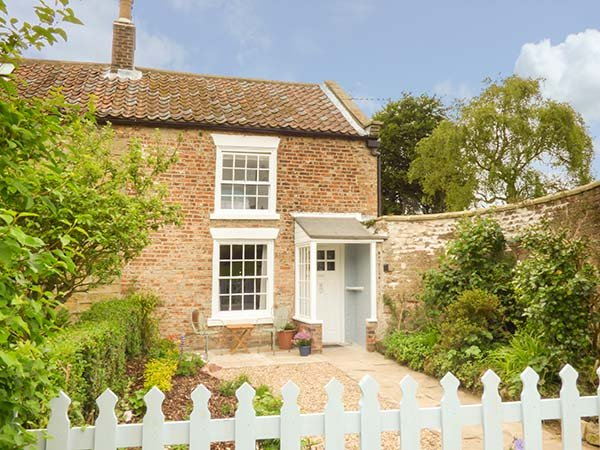 REIVER COTTAGE edge of town, beach two miles, woodburning stove in Scarborough Ref 939418 - Image 1 - Scarborough - rentals