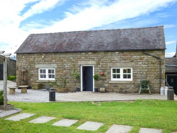 LITTLE OWL BARN, romantic retreat, lawned garden, walking and cycle routes, Longnor, Ref 940469 - Image 1 - Longnor - rentals