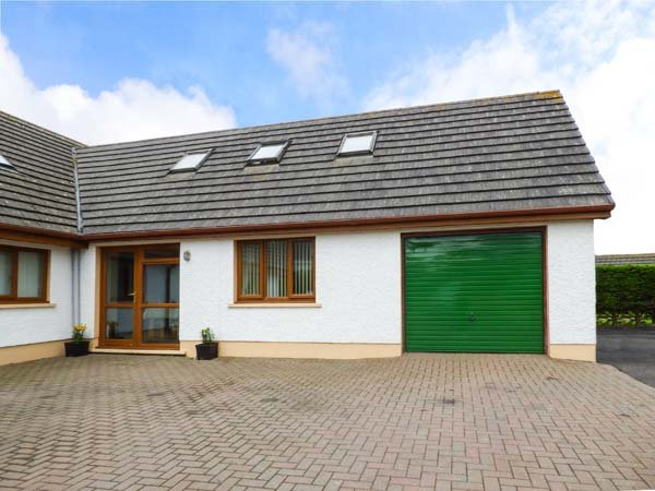 DUNROAMING, ground floor bedroom, close to beach, great family days out, Pendine, Ref 931647 - Image 1 - Pendine - rentals