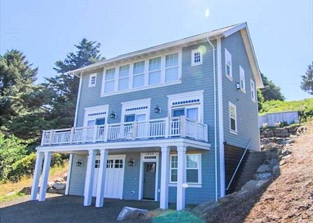 Luxury, Panoramic Sea Views from the Top of Roads End! - Image 1 - Lincoln City - rentals