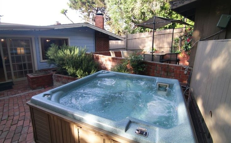 Hot Tub - Back patio - 6 BDRMS/ 4 Bath, Sleep 16. 5 Blks to Beach.Jacuzzi - La Jolla - rentals