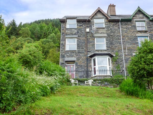 1 IS Y GRAIG, cosy apartment with views, courtyard, WiFi, Corris nr Machynlleth Ref 937400 - Image 1 - Machynlleth - rentals