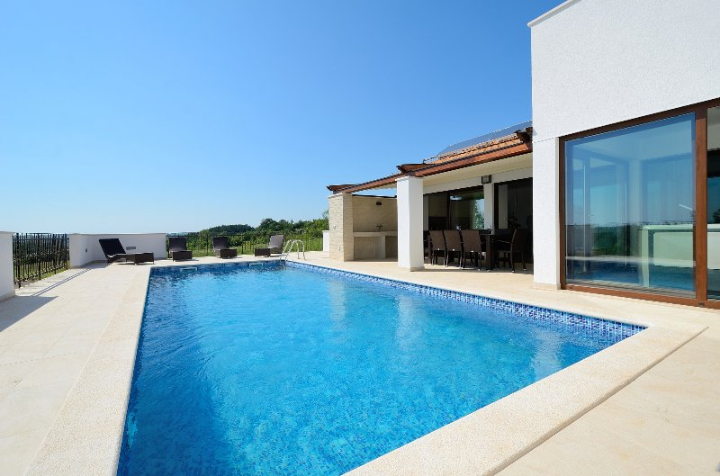 Beautiful villa with private pool and indor jacuzzi - Image 1 - Gracisce - rentals