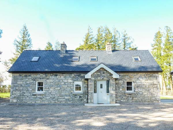 ATHEIRI COTTAGE, detached, multi-fuel stove, open fire, parking, garden, in Ballinamore, Ref 936227 - Image 1 - Ballinamore - rentals
