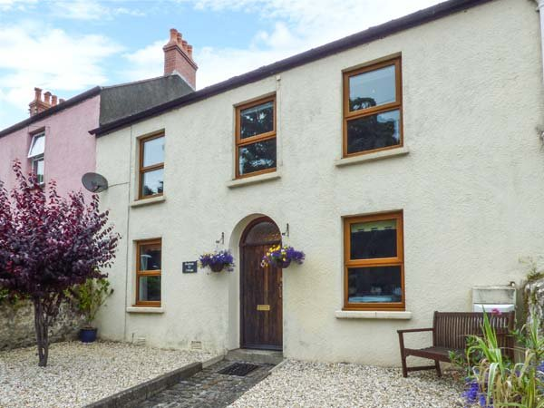 RAILWAY COTTAGE, enclosed garden, short walk from beach, WiFi. in Tenby, Ref 937606 - Image 1 - Tenby - rentals