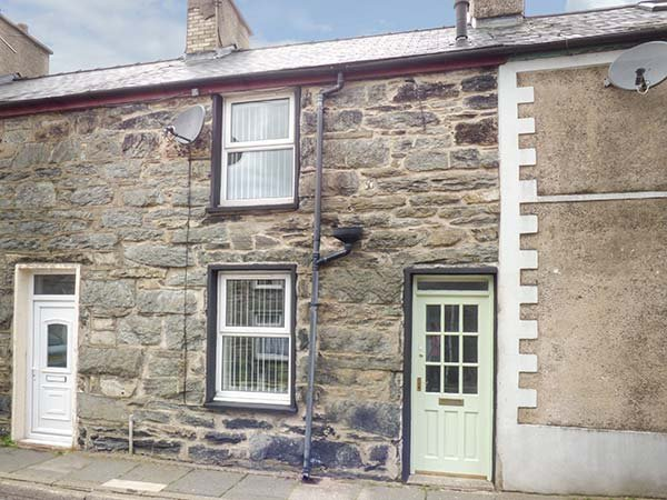 20 GLYNLLIFON STREET, mid-terrace, WiFi, pet-friendly, private enclosed patio, in Blaenau Ffestiniog, Ref 938029 - Image 1 - Blaenau Ffestiniog - rentals